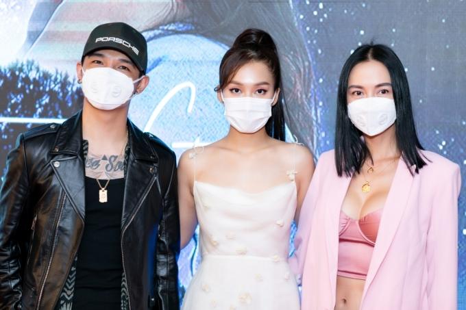 <p> Tham dự buổi ra mắt phim còn có cặp đôi Cường Seven - Vũ Ngọc Anh. Cả hai cũng sử dụng khẩu trang để bảo vệ sức khỏe.</p>