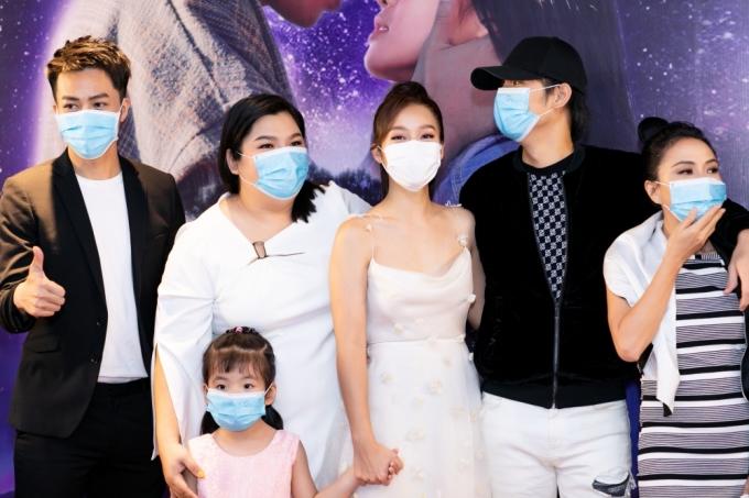 <p> Để đảm bảo sức khỏe cho bản thân, nhiều sao Việt đeo khẩu trang khi xuất hiện.</p>