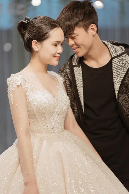 Duy Mạnh - Quỳnh Anh tình tứ khi thử váy cưới.