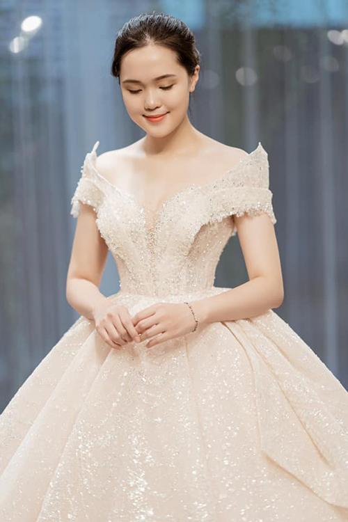 Quỳnh Anh xinh đẹp trong chiếc váy cưới lung linh.