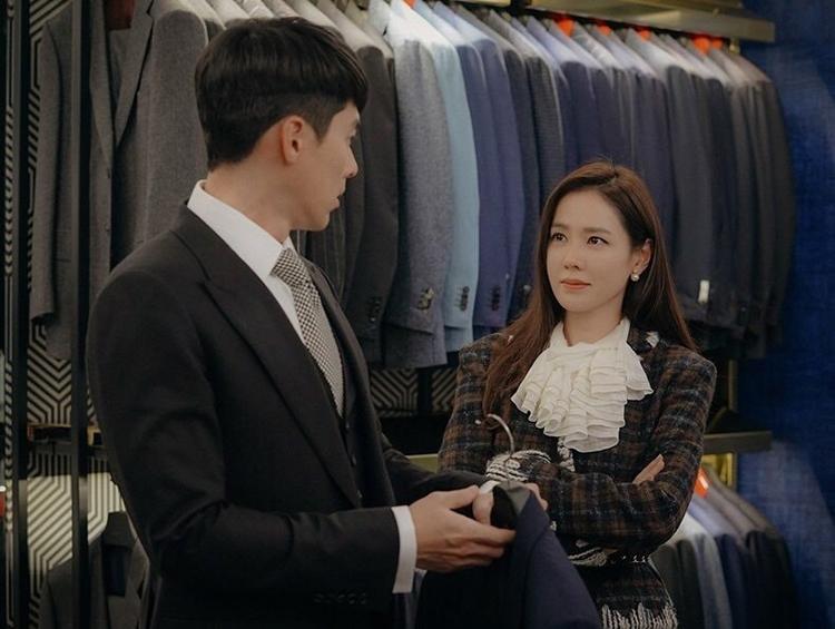 Se Ri dẫn Jung Hyuk đi mua đồ sương sương nhưng quẹt đến cháy cả thẻ.