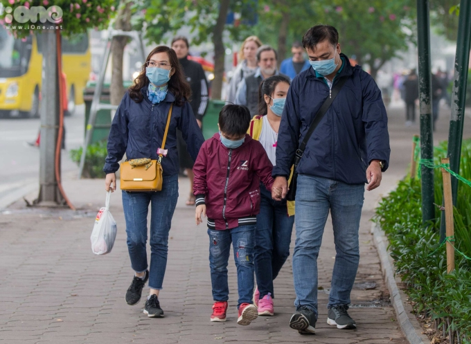 <p> Trên đường phố Hà Nội những ngày này, nhiều người dân đeo khẩu trang ra đường để phòng tránh lây nhiễm virus gây viêm phổi.</p>