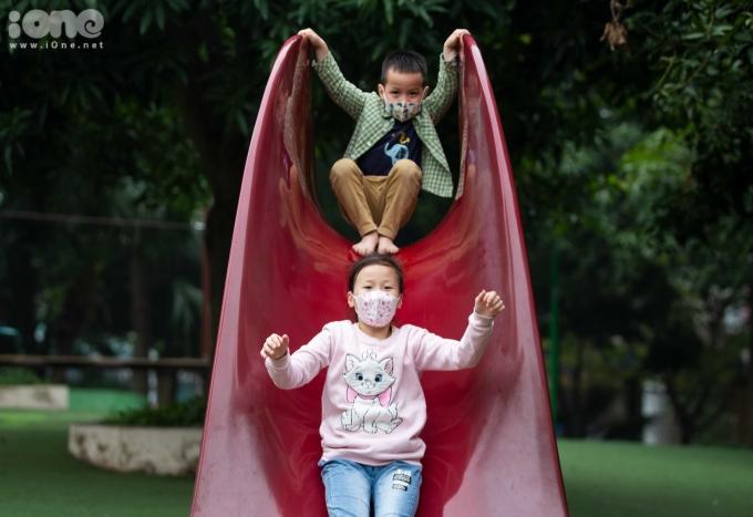"""<p> Nguyễn Phương Hà (10 tuổi) cùng em trai Nguyễn Quang Vinh (5 tuổi) chơi cầu trượt ở công viên Cầu Giấy. """"Em được bố mẹ dặn phải sử dụng khẩu trang khi đến nơi công cộng, đông người vì thế dù đang chơi cầu trượt, hai chị em em vẫn sử dụng khẩu trang để đảm bảo không bị lây bệnh' - Phương Hà chia sẻ.</p>"""