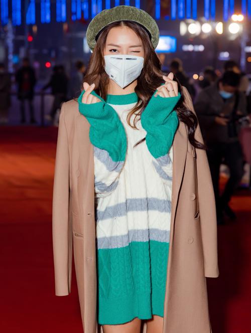 Khả Ngân liên tục đeo khẩu trang vì cô cho biết đang bị cúm, sợ ảnh hưởng đến những người xung quanh.