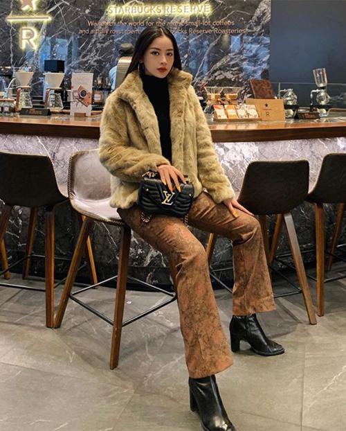 Giữa mùa đông Seoul, Chi Pu ăn vận ấm áp. Cô diện áo lông kết hợp quần da lộn sành điệu, điểm nhấn là túi xách Louis Vuitton.