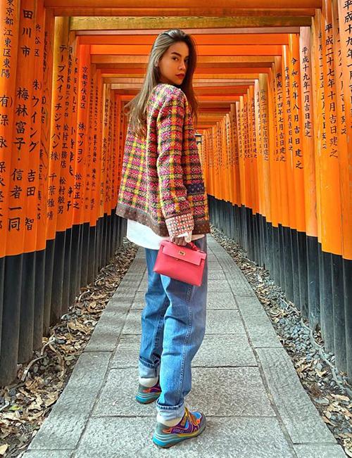 Hà Hồ mặc cực ngầu du lịch Nhật Bản. Cô cân bằng vẻ nữ tính cho set đồ bằng chiếc clutch Hermes có giá đến 300 triệu đồng.