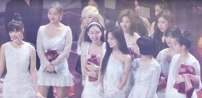 Tzuyu đẹp lấn át nhiều nữ idol Kpop khi chụp hình chung ở sân khấu encore SMA.