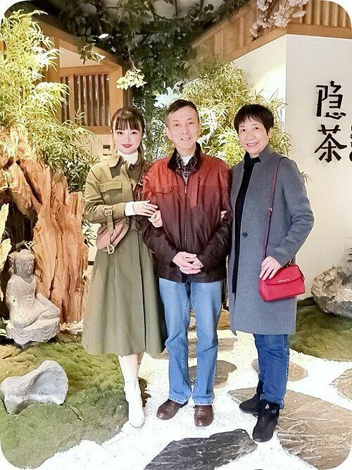 Muying Shi và bốđều bị nhiễm virus trong khi mẹ cô bị ung thư. Ảnh: Muying Shi