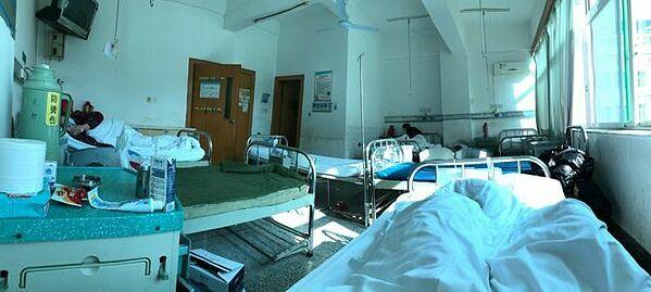 Muying đang ở chung phòng điều trị với hai người lớn tuổi cũng bị nhiễm virus. Ảnh: Muying Shi