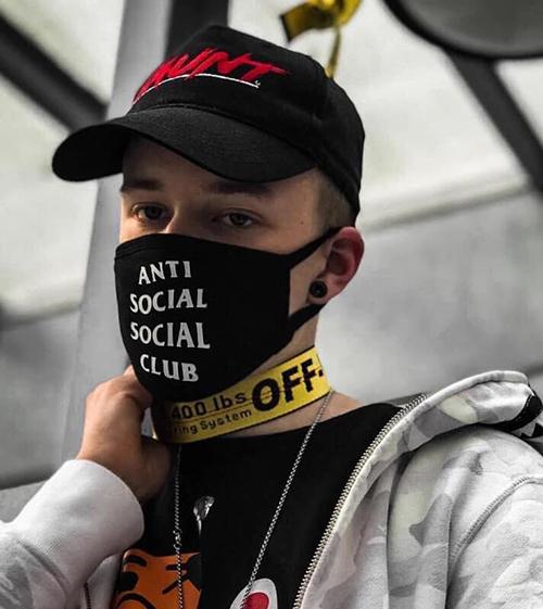 Khẩu trang là một mặt hàng đắt khách của các thương hiệu thời trang streetwear. Sản phẩm của hãng Anti Social Social Club thịnh hànhnhiều năm nay. Giá bán mỗi chiếc khoảng 45 USD (hơn 1 triệu đồng).
