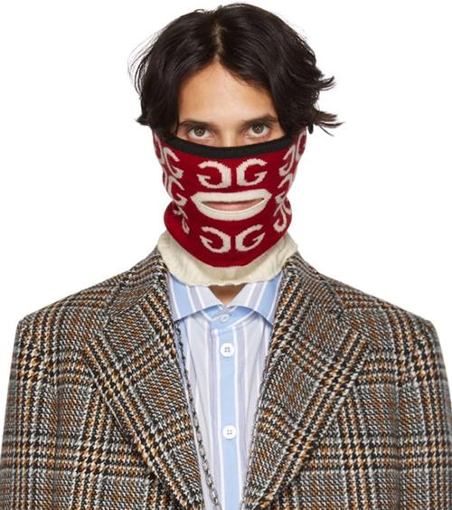 Gucci từng giới thiệu mẫu khẩu trang bị giới mộ điệu chê lên chê xuống. Chiếc khăn trùm kín cổ, cằm, mũi, khoét theo đường viền môi khó ai dám sử dụng khi ra phố nhưng vẫn có giá lên tới 270 USD (6,2 triệu đồng).