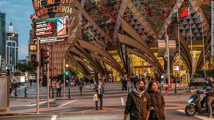 Những người dân đeo khẩu trang trướcCasinoGrand Lisboa vào ngày 28/1 tại Macao. Ảnh: CNN.