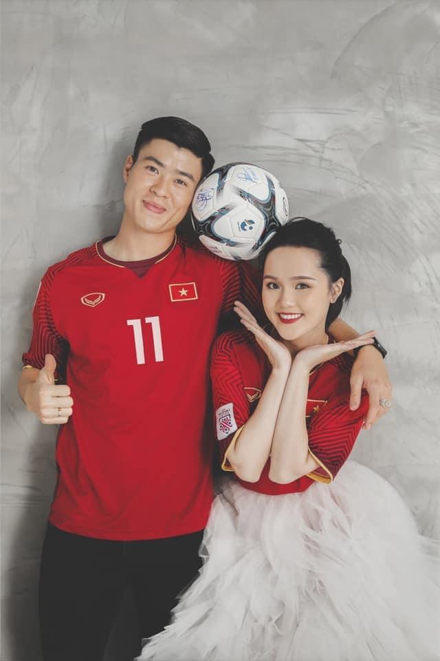 <p> Hai số áo mà cô dâu - chú rể mặc gắn bó đặc biệt với sự nghiệp của Duy Mạnh. Số 11 là chiếc áo cuối cùng Duy Mạnh khoác ở giải đấu trẻ. Nó cùng anh và tuyển U23 Việt Nam vươn tới chức Á quân U23 châu Á 2018. Áo số 28 Quỳnh Anh mặc là trang phục Duy Mạnh mặc khi cùng ĐTVN nâng cao chiếc cúp vô địch AFF Suzuki Cup 2018.</p>