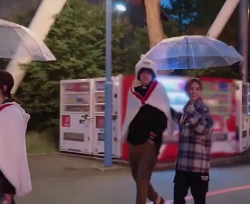 Khán giả phát hiện Angelababy mặc áo khoác của Ngô Diệc Phàm cho đỡ lạnh khi ghi hình vào tối muộn. Còn nam ca sĩ khoác chiếc khăn hoạt hình của đàn chị.