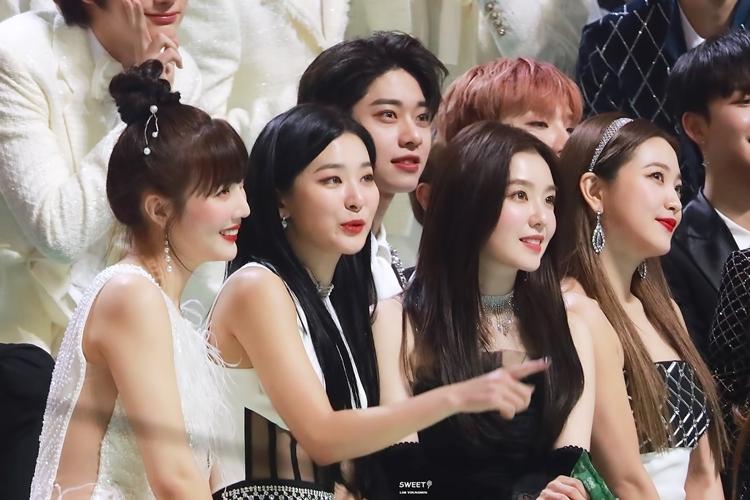 Red Velvet tưởng như lànhân vật chính trong bức ảnh, nhưng đã bị Dong Hyun chiếm spotlight.