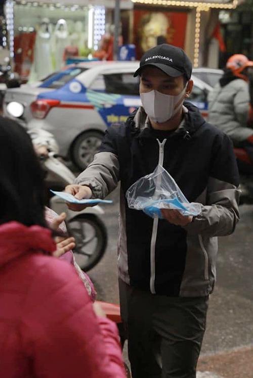 Khắc Việt nói đây là một trong những cách để anh góp phần nâng cao sức khỏe cho mọi người giữa mùa dịch. Anh cũng kêu gọi nhiều bạn bè, người thân cùng tham gia phát khẩu trang miễn phí. Ảnh: FBNV.
