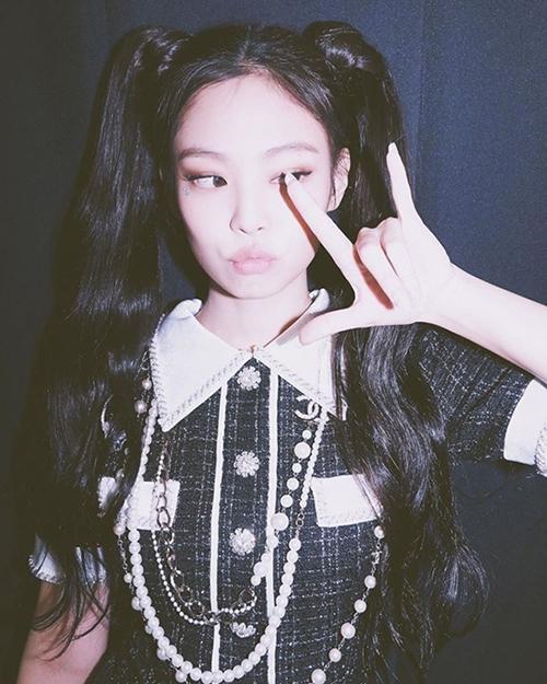 Với kiểu tóc thủy thủ Mặt Trăng, Jennie (Black Pink) lọt top trend Weibo với hàng trăm triệu lượt chia sẻ. Cô nàng khoe vẻ đẹp vừa đáng yêu nhưng cũng cực ngầu khi để kiểu tóc này.