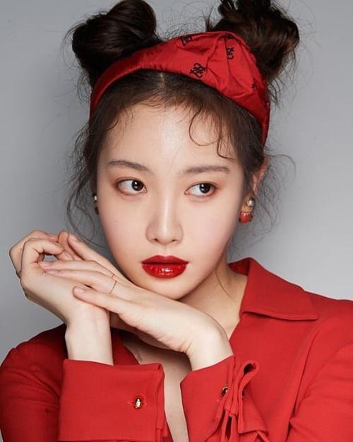 Không chỉ hợp với phong cách dễ thương, kiểu tóc này còn hợp với cả concept quyến rũ, sang trọng của Yuna (Girl's Day)