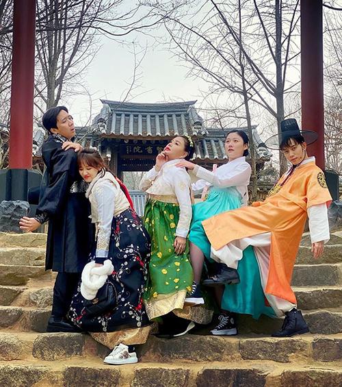 Vợ chồng Trấn Thành - Hari Won tạo dáng siêu lầy khi cùng những người bạn thân đi chơi Hàn Quốc.