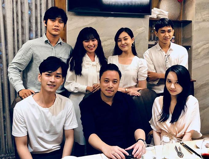 Đạo diễn Victor Vũ đi ăn mừngcùng dàn diễn viên Mắt Biếc sau khi bộ phim dừng chiếu ở rạp.