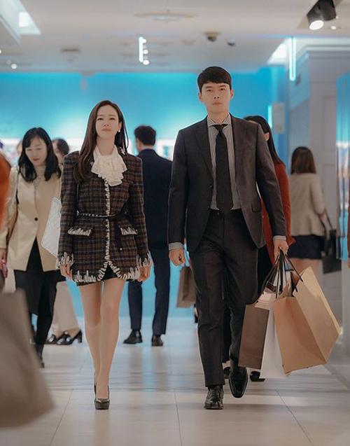 Trên mạng xã hội, khoảnh khắc này gây bão và được chia sẻ liên tục. Nhiều khán giả ca ngợi chiều cao, vóc dáng chuẩn mực và bờ vai rộng giúp Hyun Bin mặc vest đẹp hơn người mẫu.
