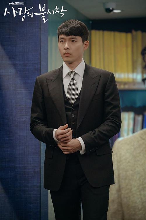 Những bộ suit dù chọn đại trong cửa hàng nhưng vẫn vừa vặn, ôm khít thân hình của Jung Hyuk chẳng khác gì may đo.