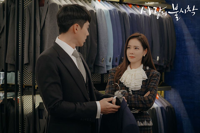 Khác hẳn vẻ ngố tàu trước đó, Jung Hyuk khiến Se Ri mắt tròn mắt dẹt khi diện vest. Mỗi lần anh bước ra khỏi phòng thử với một set đồ mới, không chỉ nữ chính mà khán giả cũng bấn loạn vì độ đẹp trai.