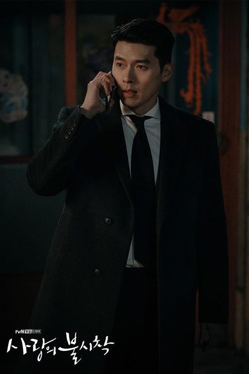 Từ khi được người yêu cà thẻ sắm cho loạt suit mới, Jung Hyuk diện kiểu đồ này liên tục. Dù kết hợp với sơ mi trắng, kẻ sọc hay caro, chàng quân nhân đều trông rất bảnh bao, nam tính.