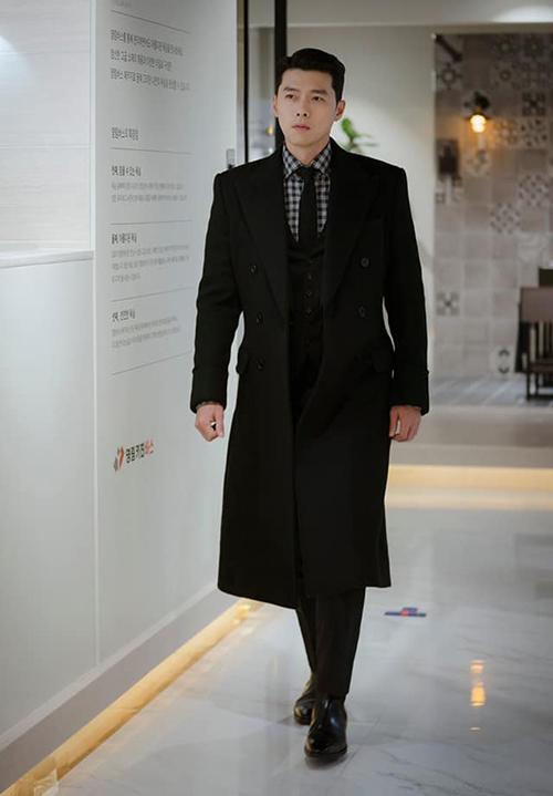Diện cùng áo khoác dạ bên ngoài suit, Jung Hyuk toát lên khí chất tổng tài, rất xứng đôi vừa lứa với cô người yêu giàu có.
