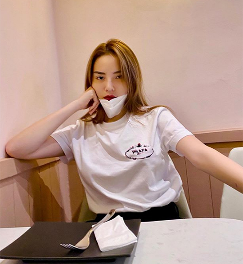 Ở đời thường, Kỳ Duyên không cầu kỳ mix-match mà chỉ diện áo thun, quần jeans. Tuy trông cơ bảnnhưng trang phục của cô nàng đều đến từ những thương hiệu cao cấp. Trong lần xuống phố mới đây, hoa hậu mặc áo thun trắng đơn giản của Prada,giá tới 10 triệu đồng.