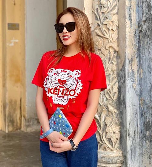 Tín đồ của T-shirt mới đây còn sắm áo đỏ của Kenzo. Mẫu này có mức giá mềm mại hơn, khoảng 3 triệu đồng.