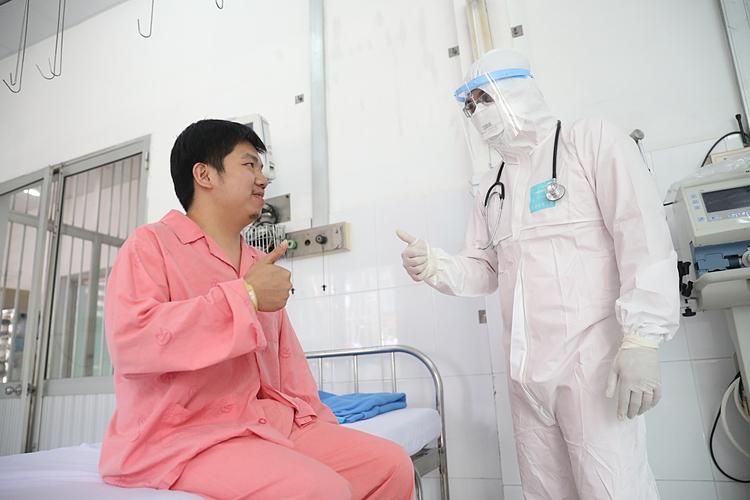 Li Zichao, 28 tuổi, đã xuất viện sau khi được điều trị Bệnh viện Chợ Rẫy. Anh là bệnh nhân viêm phổi corona thứ hai tại Việt Nam khỏi bệnh. Ảnh: Hữu Khoa.