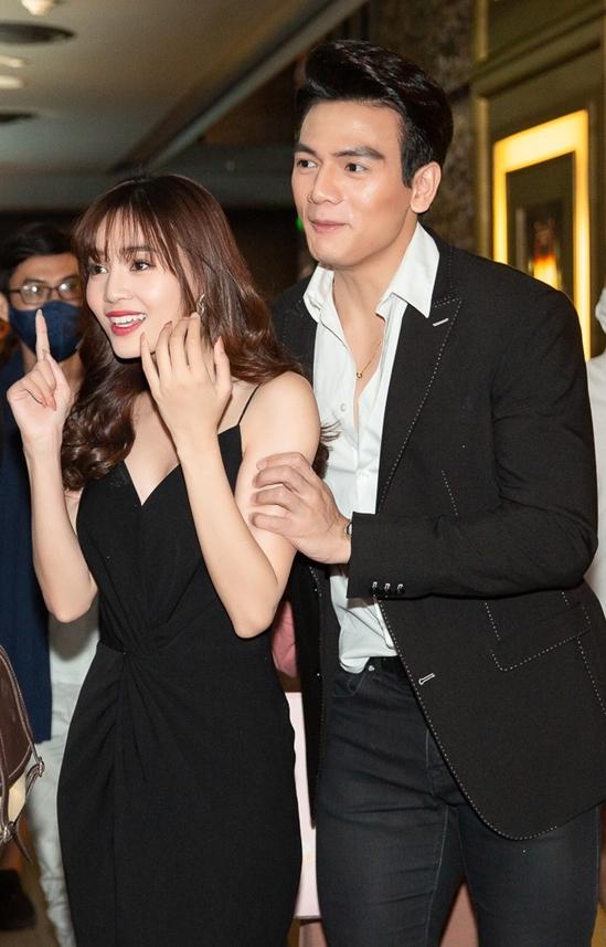 <p> Lê Xuân Tiền luôn theo sát Lan Ngọc. Trong phim họ vào vai cặp đôi yêu nhau, có không ít cảnh tình tứ.</p>
