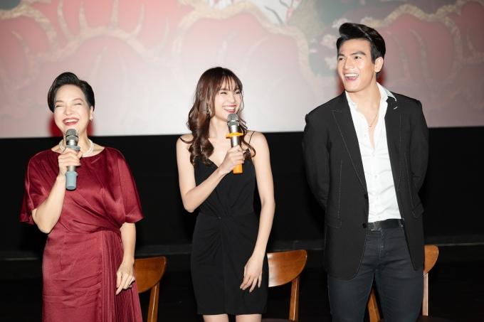 <p> Sau khi xem phim, Lan Ngọc cùng các diễn viên nán lại để giao lưu với fan. Cô dành lời cảm ơn tới khán giả đã ủng hộ bộ phim suốt dịp Tết Nguyên đán vừa qua.</p>