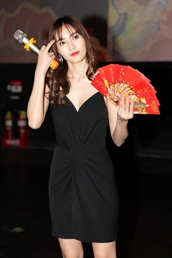<p> Nữ diễn viên chuẩn bị 10 phong bao lì xì và một món quà đặc biệt - một chỉ vàng SJC 9999 - dành tặng cho khán giả may mắn nhất.</p>