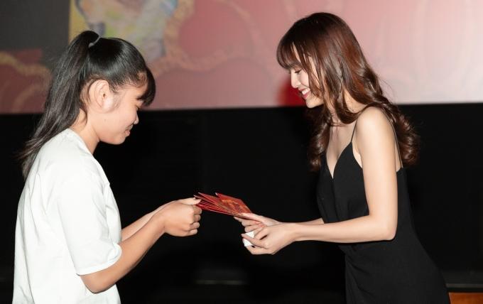 <p> Fan phấn khích nhận quà đầu năm của Lan Ngọc.</p>
