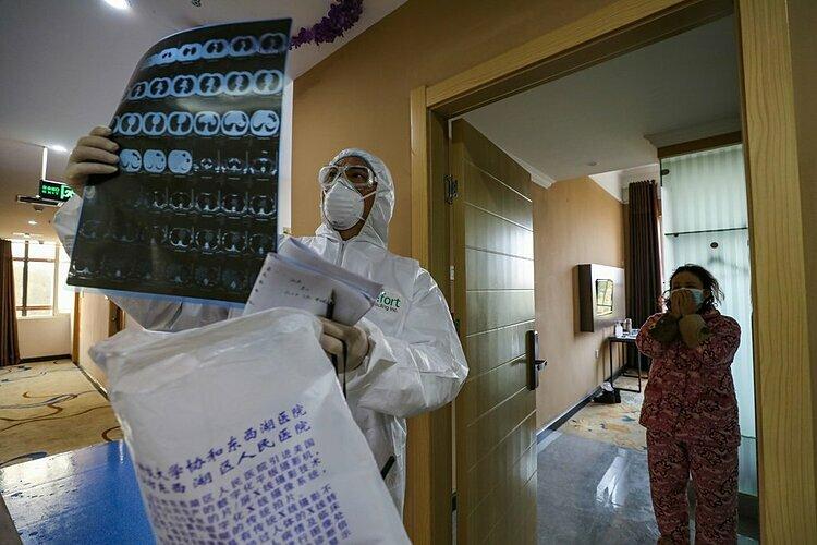 Bác sĩ kiểm tra chụp phổi của bệnh nhân ở Vũ Hán. Ảnh: AFP.