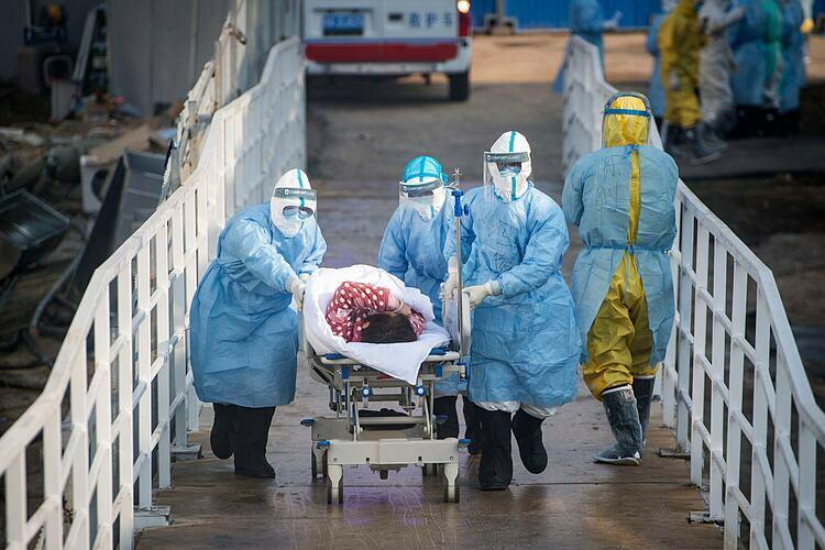 Một bệnh nhân đã được chuyển đến một bệnh viện dã chiến  Huoshenshanở Vũ Hán vào thứ ba. Ảnh: AP
