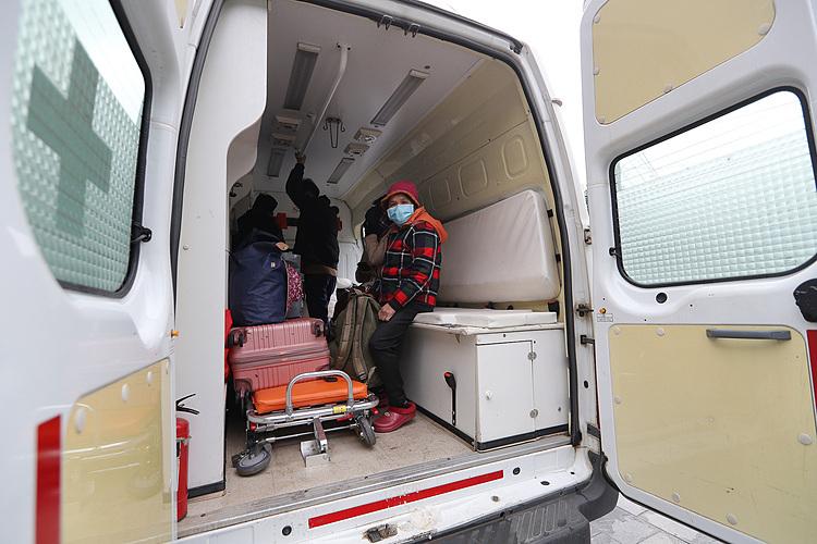 9 công dân Việt Nam hoàn thành thủ tục nhập cảnh tại cửa khẩu Hữu Nghị (Lạng Sơn) được xe của Bệnh viện Đa khoa tỉnh Lạng Sơn đón về trung tâm cách ly nằm trong trụ sở của Trung đoàn 123 (TP Lạng Sơn). Ảnh: Giang Huy