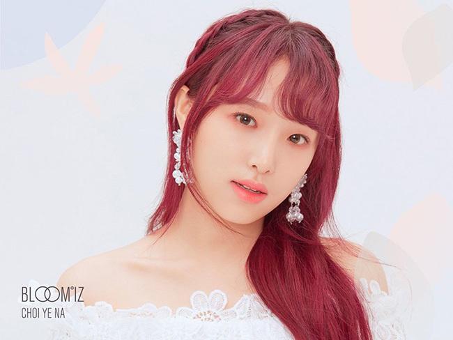 Yena nổi bật với mái tóc đỏ, tông trang điểm mơ màng. Cô nàng khéo khoe xương quai xanh hút mắt trong chiếc váy trễ vai.