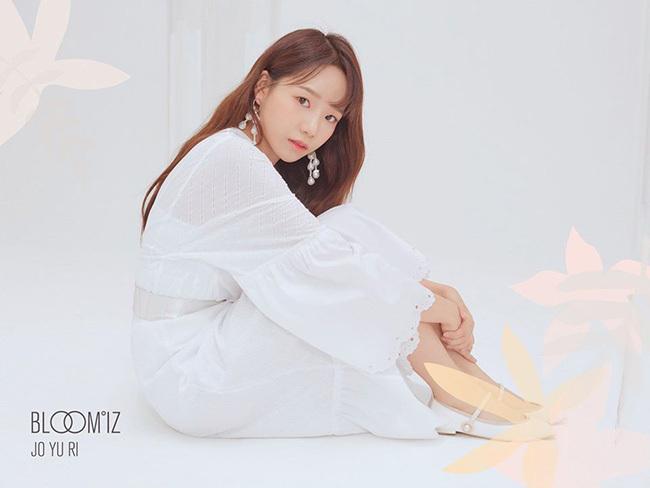 Jo Yuri lạ lẫm với kiểu tóc lộ trán. Cô nàng được khen ngày càng xinh đẹp khi với thời tham gia show tuyển chọnIdol School.
