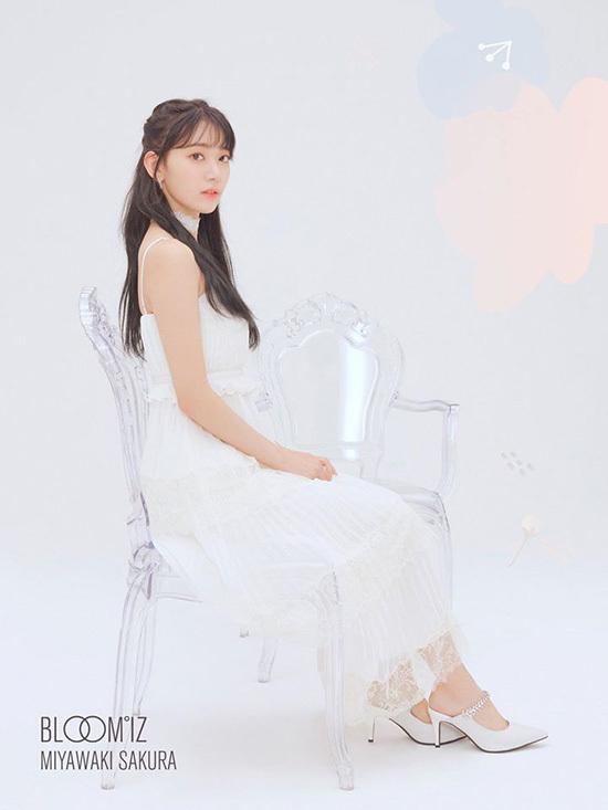 Bức ảnh của Sakura nhận lượt like vượt trội trên mạng xã hội. Nữ idol xuất hiện với mái tóc đen dài, khí chất mơ màng, sang trọng như một tiểu thư khuê cát. Sakura là visual nổi bật của thế hệ Hallyu thứ 4.