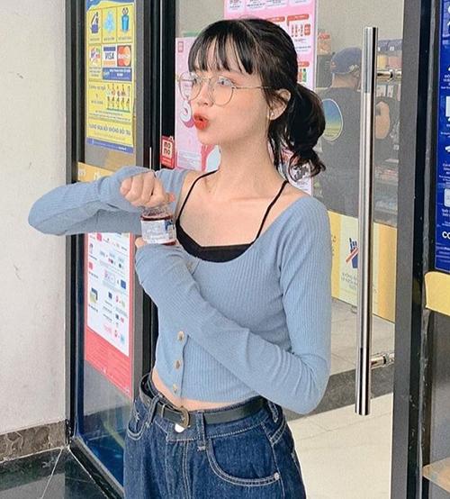 Nhiều cô gái Việt bắt đầu lăng xê trở lại mốt ăn mặc hot trend từ 10 năm trước này.