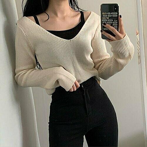 Kiểu mặc layer kết hợpáo dài tay cổ rộng bên ngoài và áo hai dâybên trong đang được bàn tán rôm rả trên mạng xã hội Pann Hàn Quốc. Không chỉ được Knet chú ý, cách mặc đồ này cũng được nhiều cô gái Việt quan tâm vì đang là hot trend.