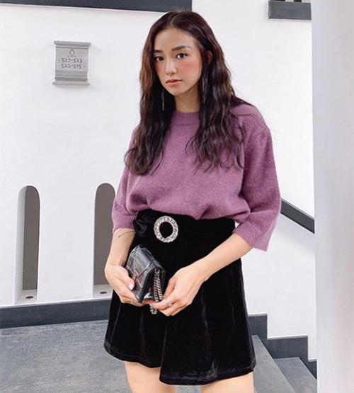 Sa Lim cũng chuộng mix-match đồ bình dân và trang phục hàng hiệu. Với áo len tím, chân váy nhung tổng giá hơn 500k, cô nàng có diện mạo sang chảnh đi tiệc.