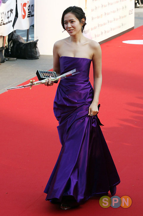 Đầm cúp ngực cũng là trang phục giúp Son Ye Jin gây ấn tượng trên thảm đỏ.tại lễ trao giải Baeksang năm 2008