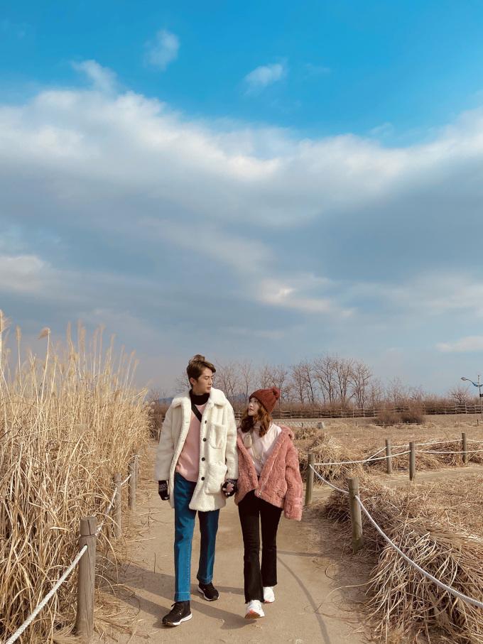 <p> Cặp đôi chọn phong cách đồ đồng điệu khi đi cạnh nhau.</p>
