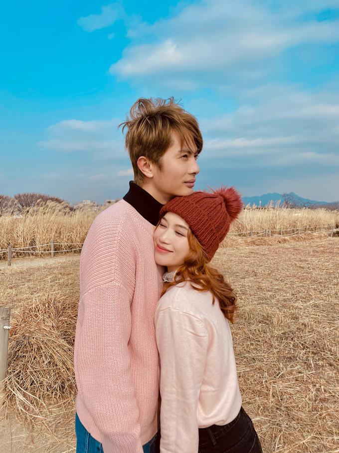 """<p> Họ cùng khám phá những cảnh đẹp mùa đông ở Hàn Quốc. Trời lạnh nên khi khoác tay người yêu đi dạo hay dựa vào nhau với Sĩ Thanh là """"điều tuyệt vời"""".</p>"""