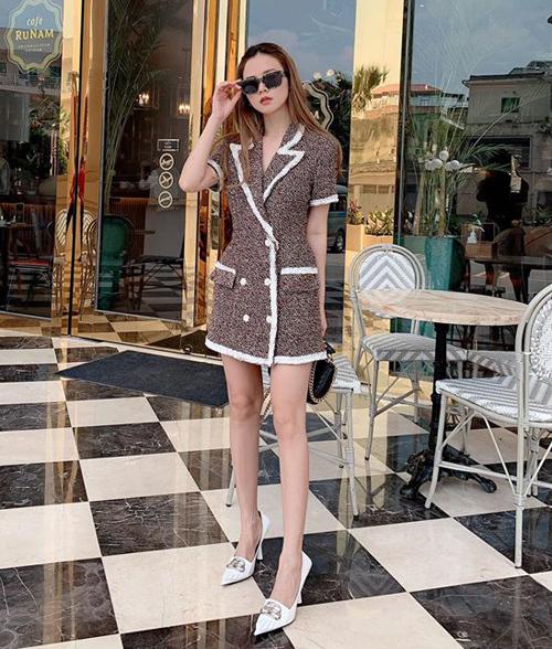 Midu diện váy cổ vest sang trọng đi kèm giày cao gót Balenciaga.