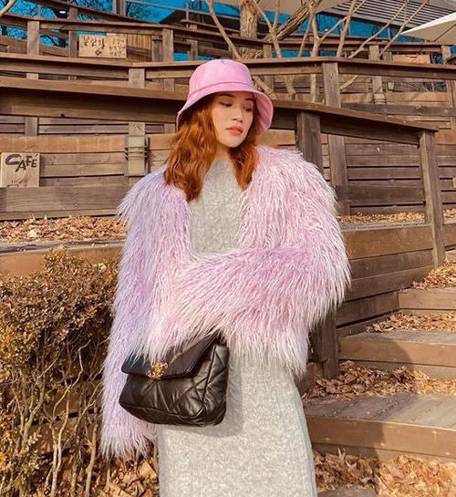 Sĩ Thanh là tín đồ của màu hồng nên diện sắc màu này mọi lúc mọi nơi. Cô mix áo lông ấm áp đi du lịch Hàn Quốc. Chiếc túi Chanel 19 đúng mốt là điểm nhấn cho set đồ.